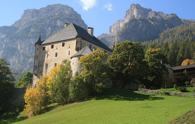 Walking tour in Verona and the Dolomites in autumn